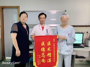 患者,女,39岁,因间断头痛2月余入院,诊断:左侧颞叶占位。经手术治疗,现患者恢复好,家属为表示感谢,送来锦旗。